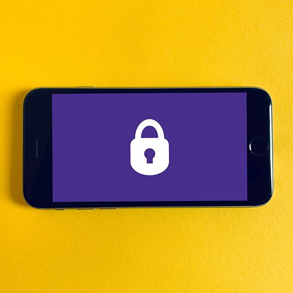 móvil con logo de candado en la pantalla