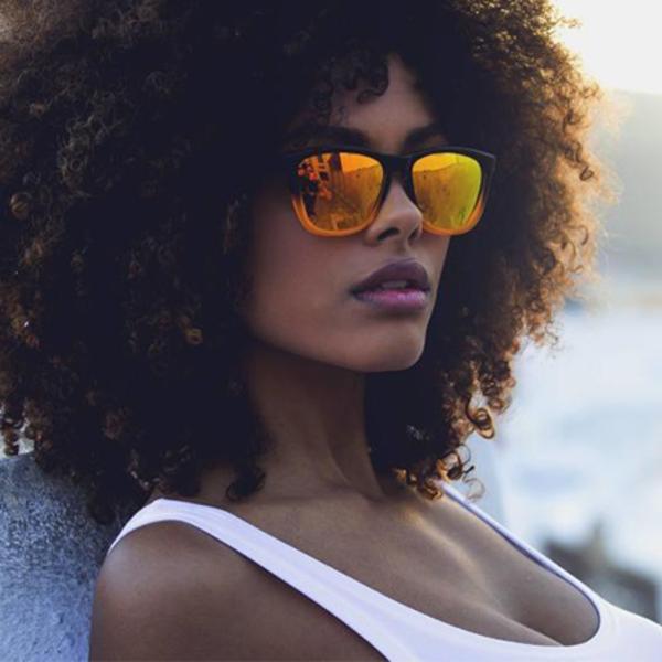 Chica con gafas de sol amarillas